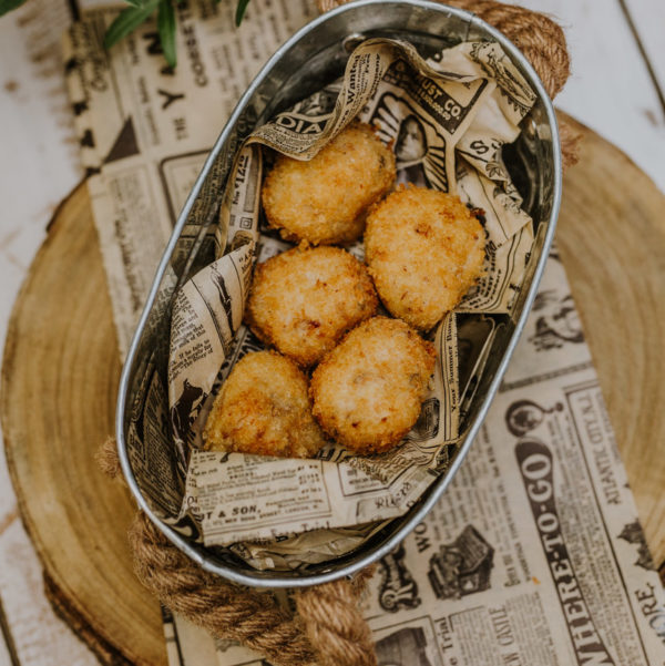 5 croquetas de cocido madrileño en un cuenco