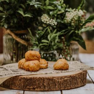 croquetas de cocido madrileño sobre madera