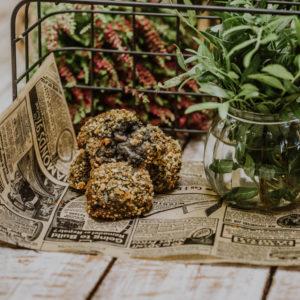 croquetas de chipirones en su tinta con hierbas sobre un periódico